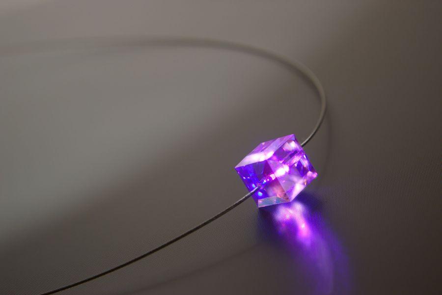Swarovski-Collier-Halskette-leuchtend-Micro-LED-Wuerfe-leuchtet-pink